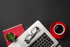 Hohe Winkelsicht des Geschäftsmannschreibtisches mit Organisator, Stift, Gläsern und Laptop Beschneidungspfad eingeschlossen lizenzfreies stockbild
