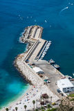 Hohe Winkelsicht des Jachthafens in Calpe, Alicante, Spanien lizenzfreies stockfoto