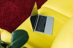 Hohe Winkelsicht des Laptops mit leerem Bildschirm Lizenzfreie Stockbilder