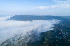 Hohe Winkelsicht des Nebels morgens am Vogelperspektive-Drohnenfliegenschuß Khao Kho Phetchabun Thailand stockfoto