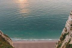 hohe Winkelsicht des schönen Strandes zwischen felsigen Klippen lizenzfreies stockbild