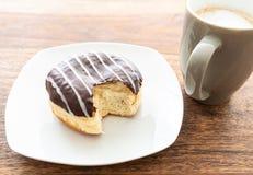 Hohe Winkelsicht des schokoladeüberzogenen Geleedonuts auf Holztisch stockbild