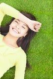 Hohe Winkelsicht einer jungen Frau, die auf Gras stillsteht Stockbilder