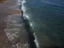 Hohe Winkelsicht einer zusammenstoßenden Welle an Malibu-Strand lizenzfreie stockfotografie