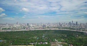 Hohe Winkelsicht von Bangkok-Skylinen und Ansicht von Chao Phraya River View von der grünen Zone im Knall Krachao, Phra Pradaeng, stock footage