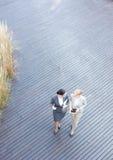 Hohe Winkelsicht von den besprechenden Geschäftsfrauen beim Gehen auf Fußbodenbrett Lizenzfreie Stockfotos