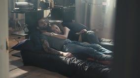 Hohe Winkelsicht von den schönen glücklichen jungen umarmenden Paaren beim Schlafen auf Bett, früher Morgen, relashionships, Mann stock footage