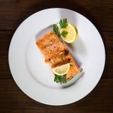 Hohe Winkelsicht von gegrilltem Salmon In Plate Stockbild