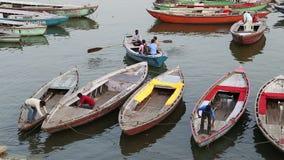 Hohe Winkelsicht von Männern auf den Booten, die sich vorbereiten, in Bucht vom Ganges zu segeln stock footage