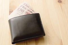Hohe Winkelsicht von modernem schwarzem ledernem Men& x27; s-Geldbörse mit Pfund Stockbild