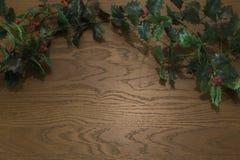Hohe Winkelsicht von Weihnachtsdekorationen auf hölzernem Hintergrund stockfoto