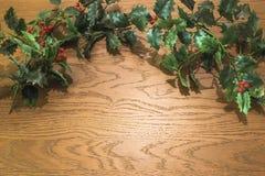 Hohe Winkelsicht von Weihnachtsdekorationen auf hölzernem Hintergrund lizenzfreie stockfotos