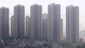 Hohe Wohngebäude in der chinesischen Stadt stock footage