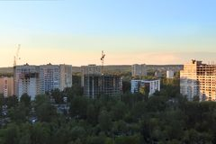 Hohe Wohngebäude, Kräne am Sommerabend Stockbilder