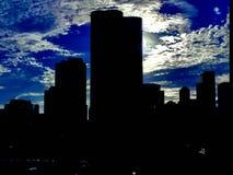 Hohe Wolkenkratzer in Chicago mit schönen Wolken stockfotografie