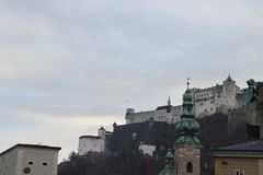 Hohensalzburg en invierno en Austria fotos de archivo