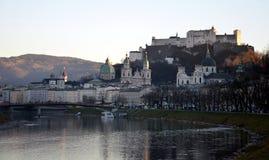 Hohensalzburg slott och Salzach flod i vinter Arkivfoto