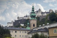Hohensalzburg slott- och St Peter ` s Abbey Church Royaltyfri Bild