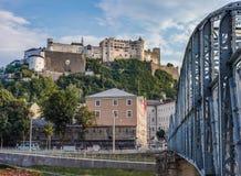 Hohensalzburgkasteel bij Zonsondergang in Salzburg Oostenrijk stock afbeeldingen