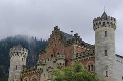 Hohenschwangau,德国2015年5月24日:新天鹅堡城堡看法在巴伐利亚,在慕尼黑附近,在一风暴日 图库摄影