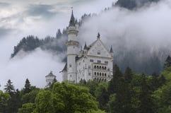 Hohenschwangau,德国2015年5月24日:新天鹅堡城堡看法在巴伐利亚,在慕尼黑附近,在一风暴日 库存图片