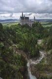 Hohenschwangau,德国2015年5月24日:新天鹅堡城堡看法在巴伐利亚,在慕尼黑附近,在一风暴日 免版税库存照片