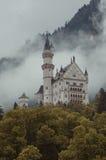Hohenschwangau,德国2015年5月24日:新天鹅堡城堡看法在巴伐利亚,在慕尼黑附近,在一风暴日 免版税库存图片
