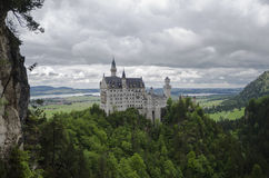 Hohenschwangau,德国2015年5月24日:新天鹅堡城堡看法在巴伐利亚,在慕尼黑附近,在一风暴日 库存照片