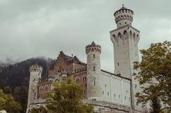 Hohenschwangau, Германия 24-ое мая 2015: Взгляд замка Нойшванштайна в Баварии, около Мюнхена, на бурный день Стоковые Изображения