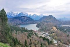 Hohenschwangau и озеро Alpsee увиденные от Нойшванштайна рокируют Стоковое фото RF