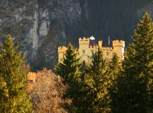 Hohenschwangau in Autumn Sunlight, Beieren stock afbeeldingen