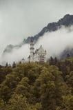 Hohenschwangau, Duitsland 24 Mei, 2015: Mening van Neuschwanstein-Kasteel in Beieren, dichtbij München, op een stormachtige dag Royalty-vrije Stock Foto