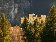 Hohenschwangau en Autumn Sunlight, Baviera imagenes de archivo