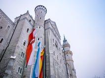 HOHENSCHWANGAU, NIEMCY - 23 2018 LUTY: Neuschwanstein kasztel w zimy zakończeniu Niemcy i UE flaga Miejsce przeznaczenia sławny c zdjęcie stock