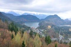Hohenschwangau och Alpsee sjön som ses från Neuschwanstein, rockerar Royaltyfria Foton