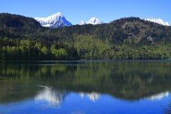 Hohenschwangau och Alpsee sjö Arkivfoton