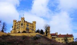 Hohenschwangau, Ostallgau, Бавария/Германия - март 2018: Внешний взгляд исторического замка Hohenschwangau, дома детства короля Стоковые Изображения