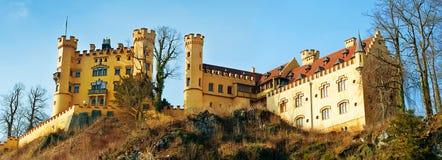 Hohenschwangau-Schloss in den bayerischen Alpen von Deutschland Panorama stockbilder
