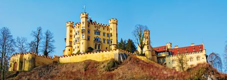 Hohenschwangau-Schloss in den bayerischen Alpen von Deutschland Panorama lizenzfreie stockfotos