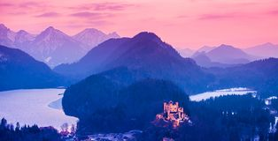 Hohenschwangau-Schloss nachts in den bayerischen Alpen von Deutschland lizenzfreies stockbild