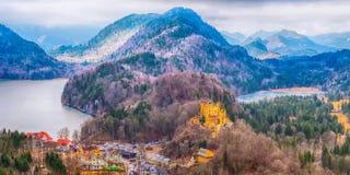 Hohenschwangau-Schloss Schloss-Vogelperspektive mit See und bayerischen Alpen stockbild