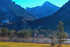新天鹅堡和Hohenschwangau从Schwansee 免版税图库摄影