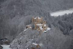 Hohenschwangau slott i bayerska fjällängar i vintertid germany Arkivbild