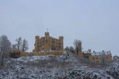 Hohenschwangau slott i bayerska fjällängar i vintertid germany Arkivfoto