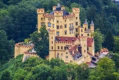 Hohenschwangau slott i de bayerska fjällängarna. Arkivfoto