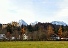 Hohenschwangau slott i den Bayern Tyskland, fjällängar arkivbild