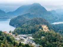 Hohenschwangau slott med sjön Alpsee Arkivbild