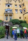 Hohenschwangaukasteel door toeristen wordt bezocht die Royalty-vrije Stock Afbeelding
