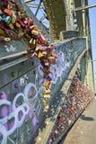 Hohenzollern bro med grafitti- och förälskelselås royaltyfri bild
