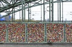 Hohenzollernbrug in Keulen met persoonlijke liefdehangsloten Stock Afbeelding